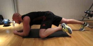 Planka med knädrag mot arm